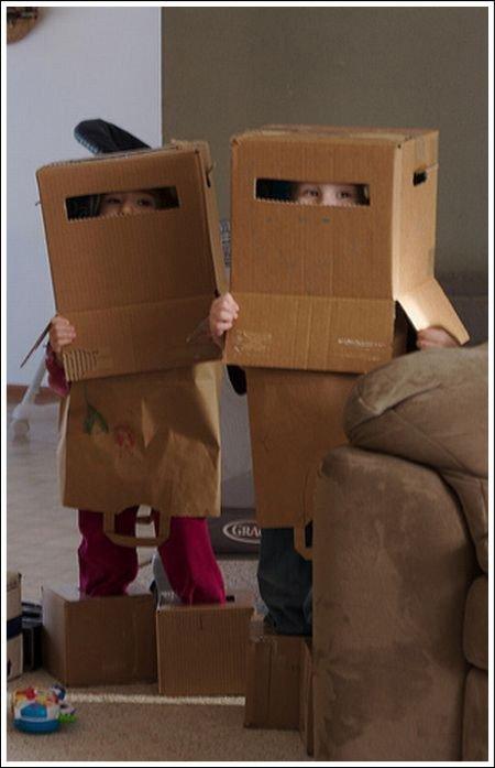 别以为你套上纸箱就像机器人了