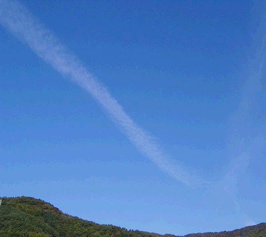 开始我认为是飞机飞过的痕迹