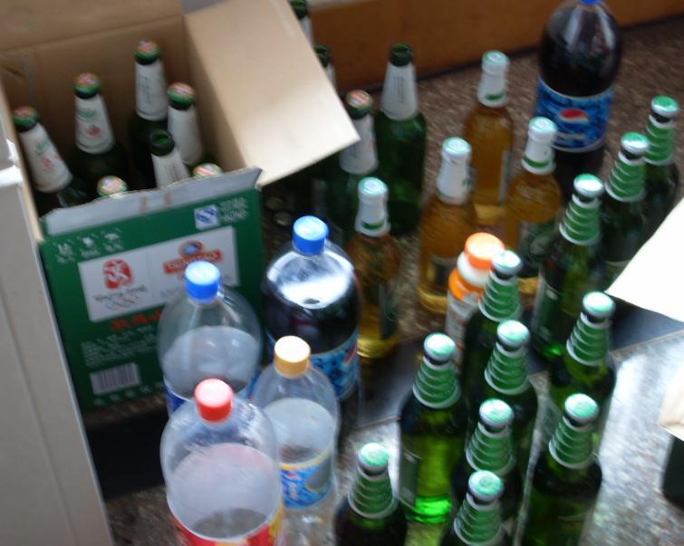看着桌子上摆满了自己喝酒剩下来的啤酒瓶··整个桌子都堆满了图片