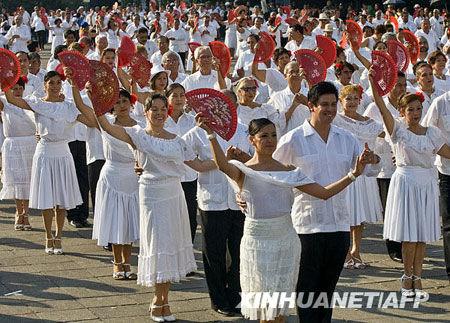 组图 墨西哥城千对情侣翩翩起舞