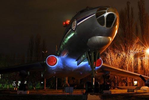 夜幕下的飞机博物馆