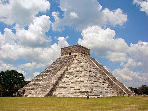 其中一座叫做库库尔坎的金字塔是该遗址的代表性建筑