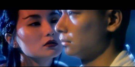 《青蛇》——张曼玉和赵文卓挑逗与对抗的拥抱