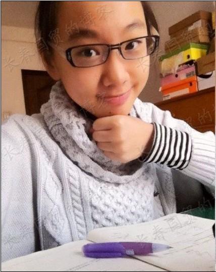 闫妮13岁女儿近照曝光 母女情深贴脸自拍