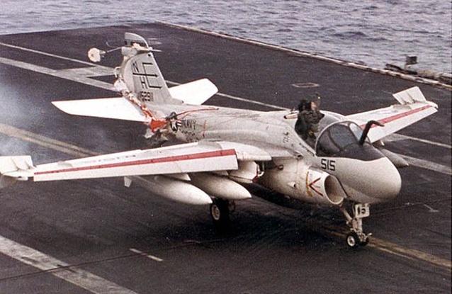飞机在航母降落前飞行员误弹射