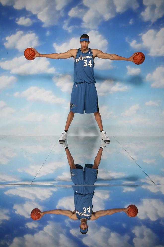麦基身高2.13米,臂展2.28米
