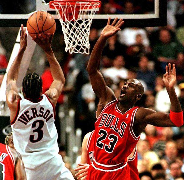 艾弗森在迈克尔-乔丹面前投篮图片