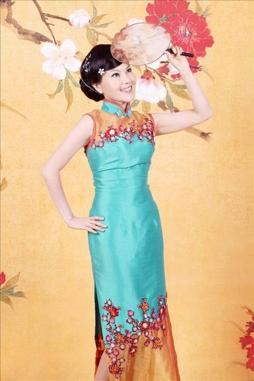 穿旗袍的优势,朱茵这有古典型成分的人真的宛在画中图片