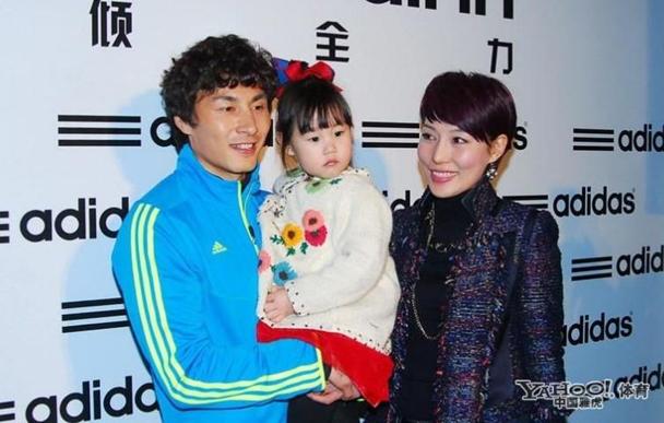 李玮峰老婆_no2:李玮峰一向注重保护妻子和家人,在2009年去韩国踢球的时候,才第一