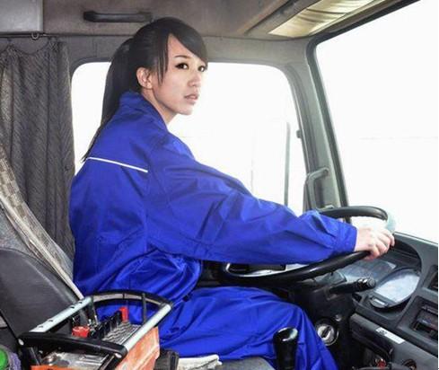 """宅男女神""""蓝领妹"""" 史上最美女司机"""